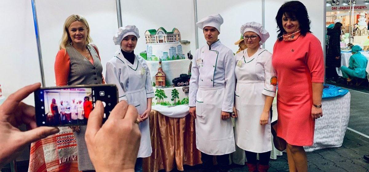 Торт с историей Барановичей представили на международной выставке в Минске