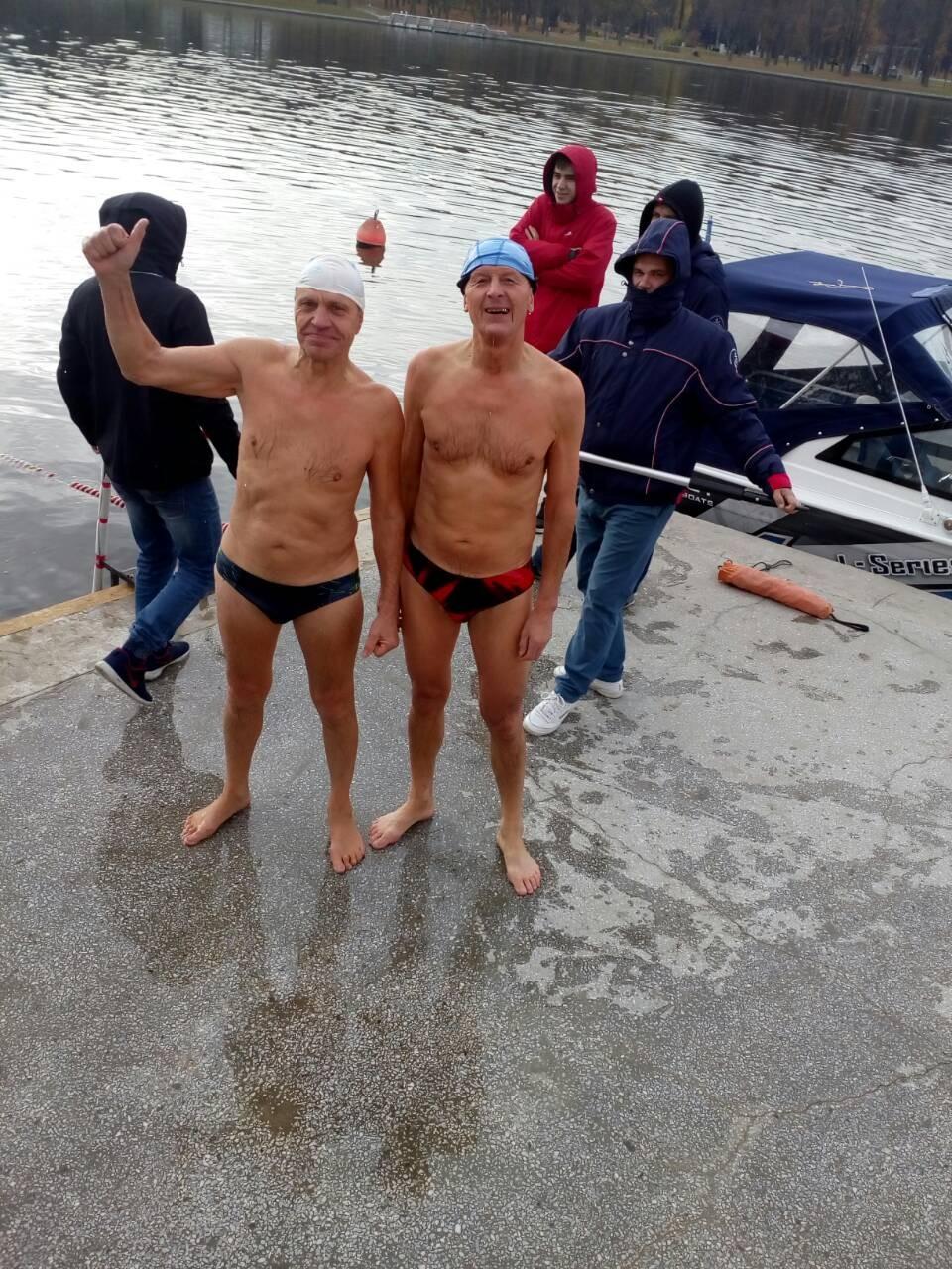 Председатель Брестского областного отделения Белорусской федерации закаливания и спортивного зимнего плавания Александр Кабанов (слева) и барановичский пловец Станислав Пивоваров.
