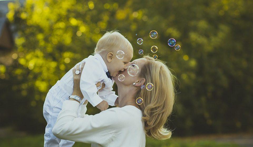 Жители Барановичей смогут бесплатно отправить открытку ко Дню матери