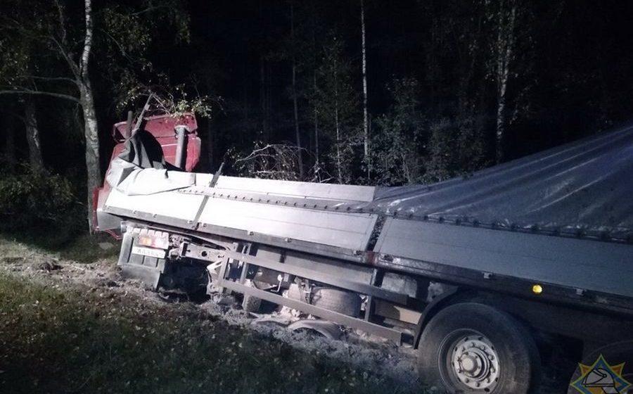 В Стародорожском районе водитель МАЗа уснул за рулем и вылетел в кювет, где врезался в дерево
