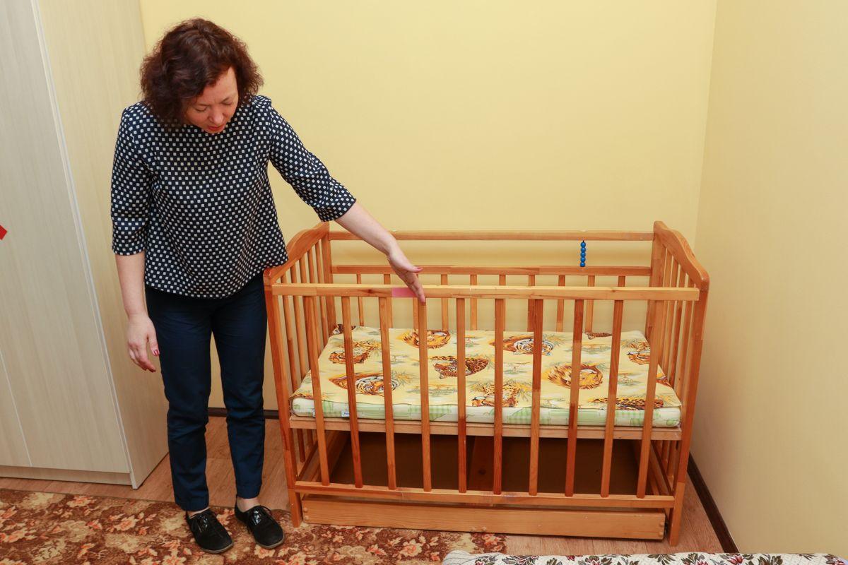 Особенно тщательно стоит отнестись к выбору кроватки. Расстояние между прутьями решетки должно быть определенного размера, чтобы ребенок не мог просунуть туда голову. Фото: Александр ЧЕРНЫЙ