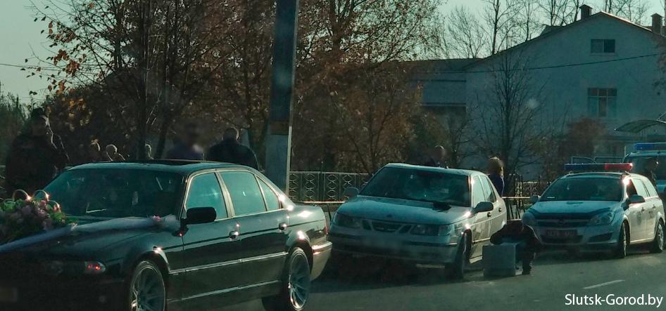 В Слуцке свадебный кортеж попал в ДТП: жених взбесился и стал прыгать по машине милиционера