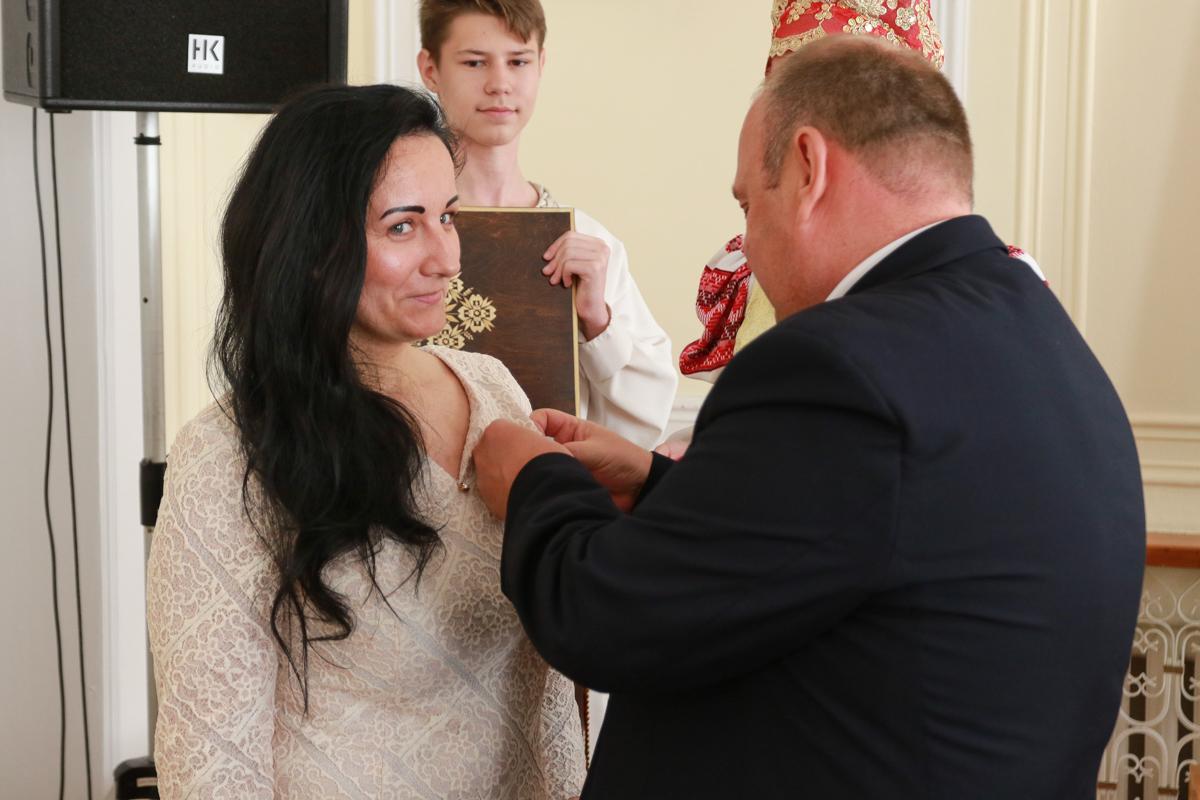 Председатель Барановичского горисполкома  Юрий Громаковский вручает орден Марине Смольниковой . Фото: Александр ЧЕРНЫЙ
