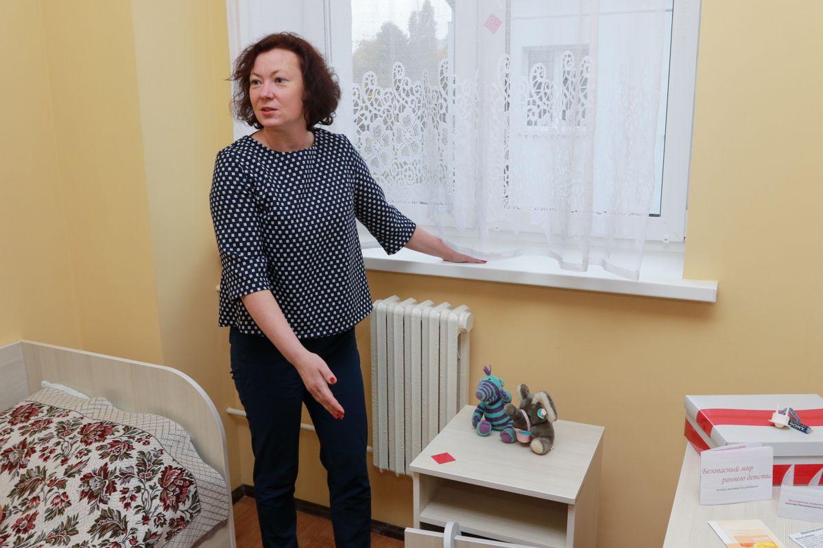 Ольга Павловская напоминает, что тумбочка или стул, стоящие под подоконником, дают ребенку доступ к окну. Фото: Александр ЧЕРНЫЙ