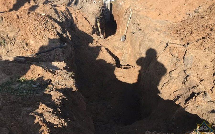Под Минском при прокладке канализации двух мужчин засыпало землей
