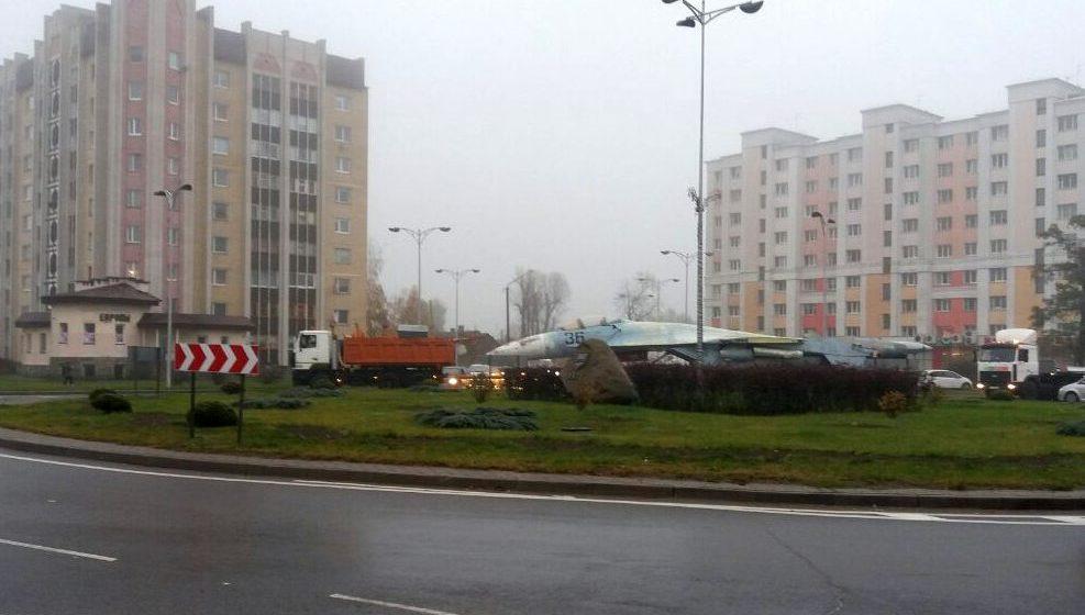 Фотофакт. Истребитель СУ-27П везут по улицам Барановичей. Самолет передали в пинский музей