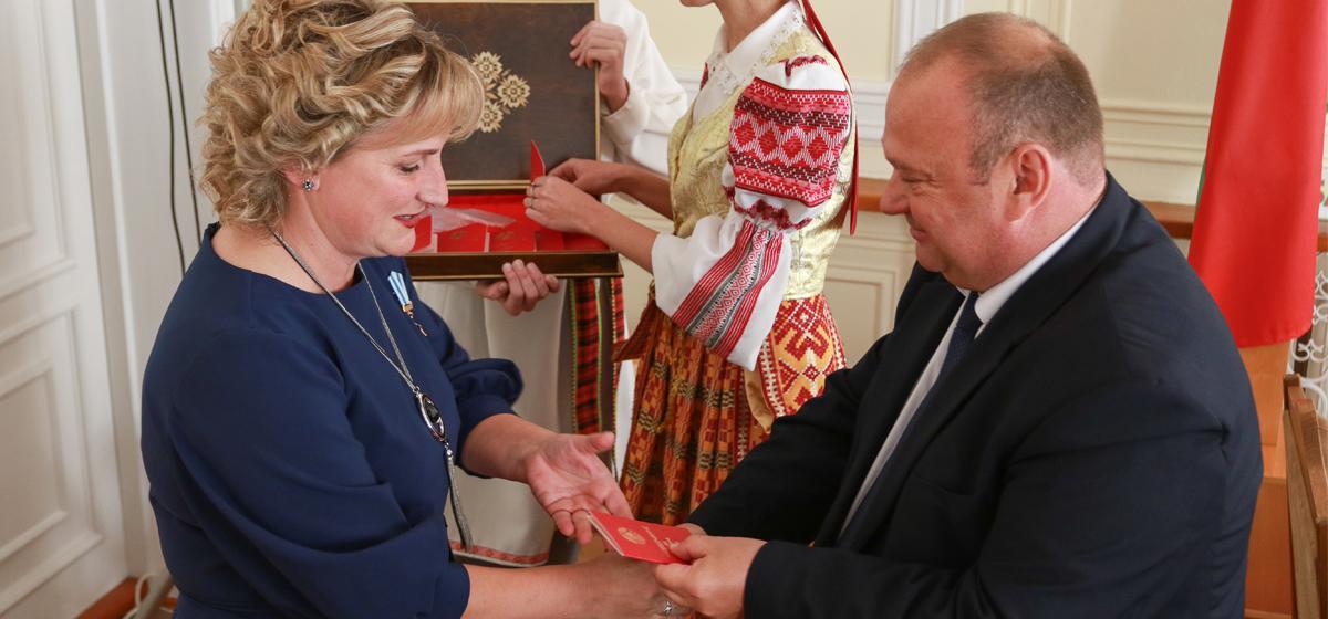 В Барановичах 11 многодетным матерям вручили ордена
