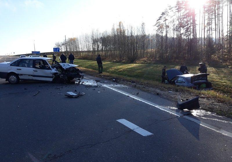 В Белыничском районе Renault вылетел на встречку и лоб в лоб столкнулся с VW, пострадали 4 человека, в том числе двое детей