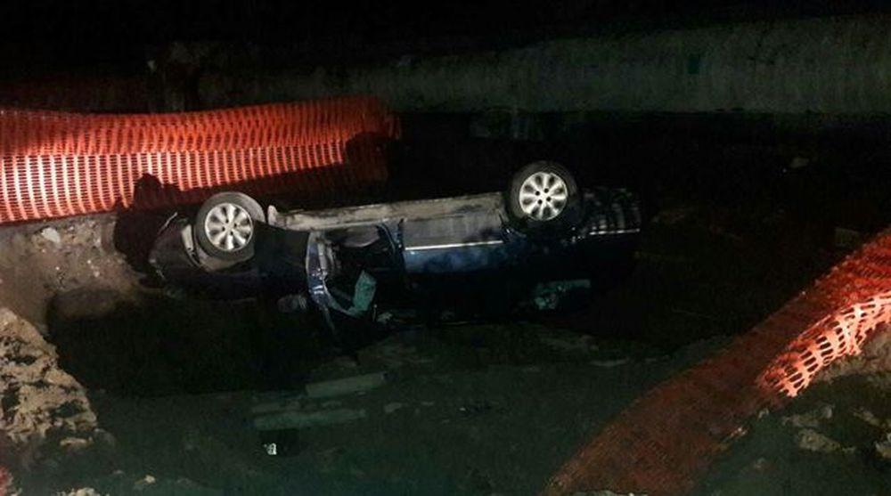 В Минске «Ситроен» съехал с дороги и упал в строительный котлован