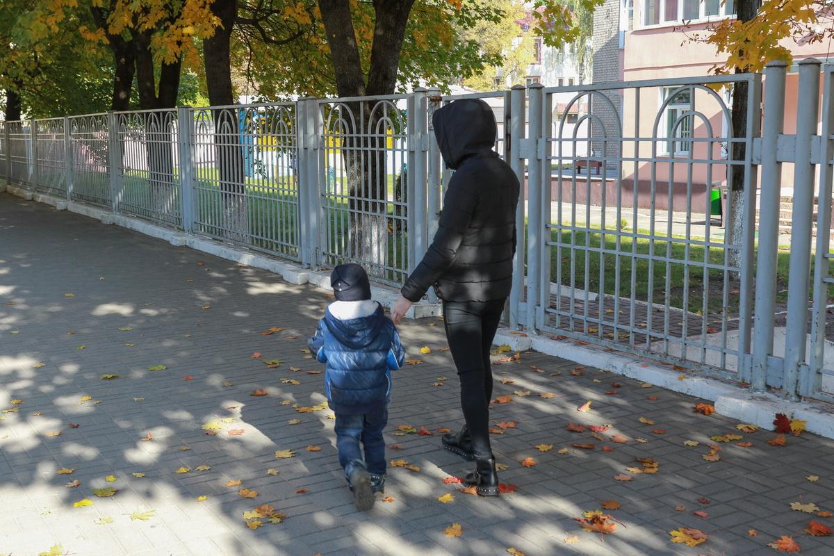 Горожанка Елена с сыном Артуром. Фото: Александр ЧЕРНЫЙ