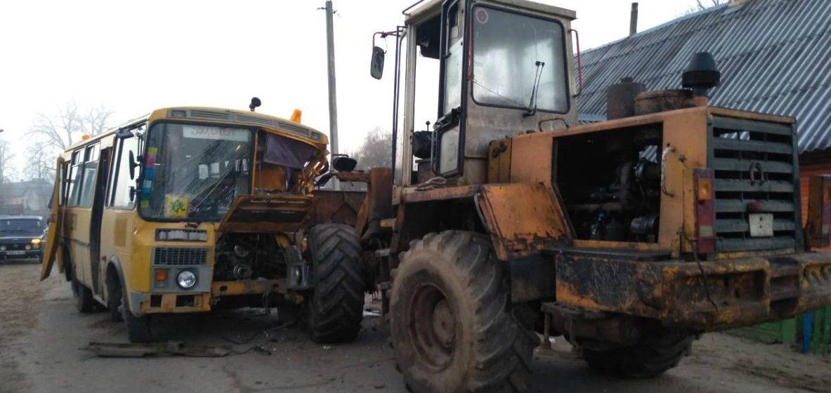 Школьный автобус и погрузчик столкнулись на Гродненщине. Есть пострадавшие