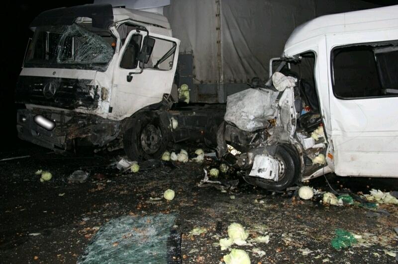 Под Кировом фура протаранила встречный микроавтобус: один человек погиб, второй в реанимации