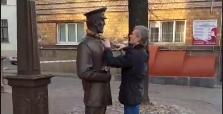 Мужчина в Минске завязал шарф скульптуре городового. Его задержала милиция