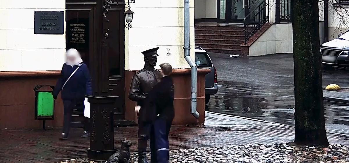 Подростка, который дал пощечину скульптуре городового, заставили попросить прощения у памятника и милиции (видео)
