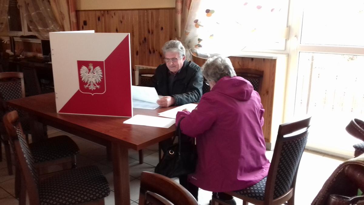 Октябрь 2018 года. В Польше нет кабинок для голосования. Избиратели заполняют бюллетени, сидя за столом. Фото: Людмила СТЕЦКО
