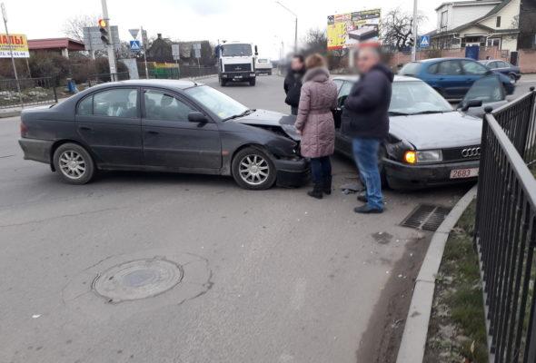 В Барановичах на перекрестке столкнулись две иномарки