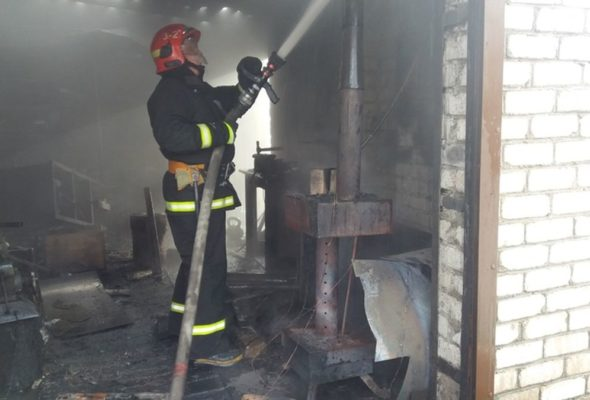 В Барановичах мужчина получил ожоги, пытаясь потушить пожар в гараже