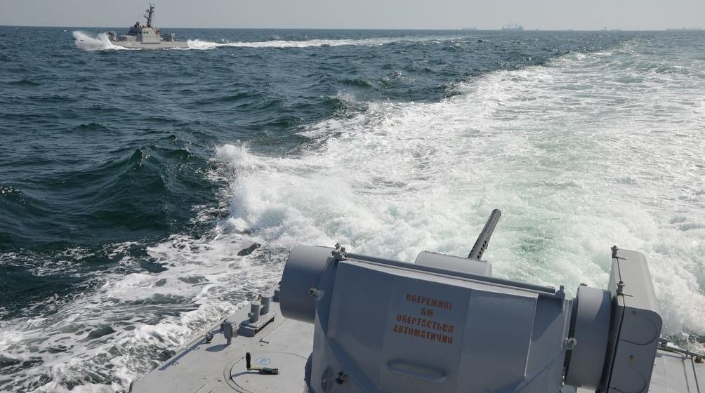 Россия обстреляла и захватила украинские корабли. Есть раненые