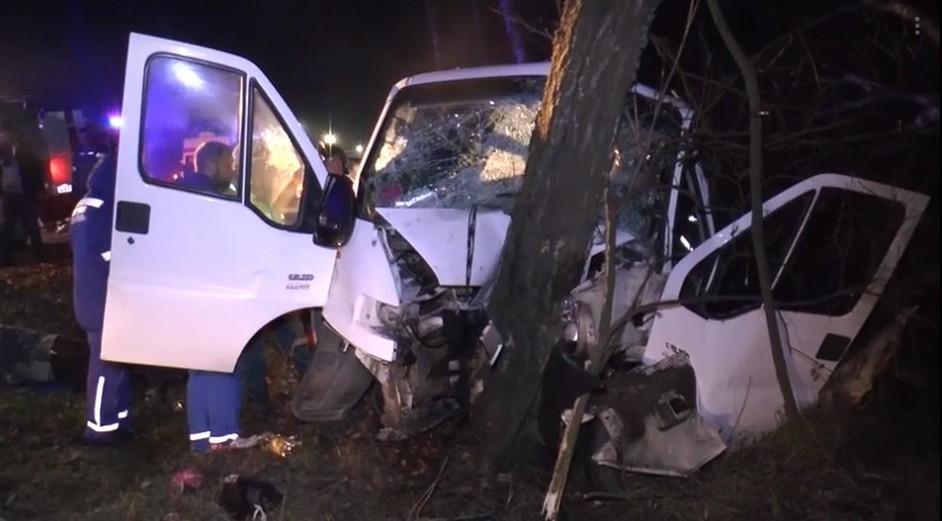 Под Калугой микроавтобус с белорусами врезался в дерево: три человека погибли, шесть пострадали