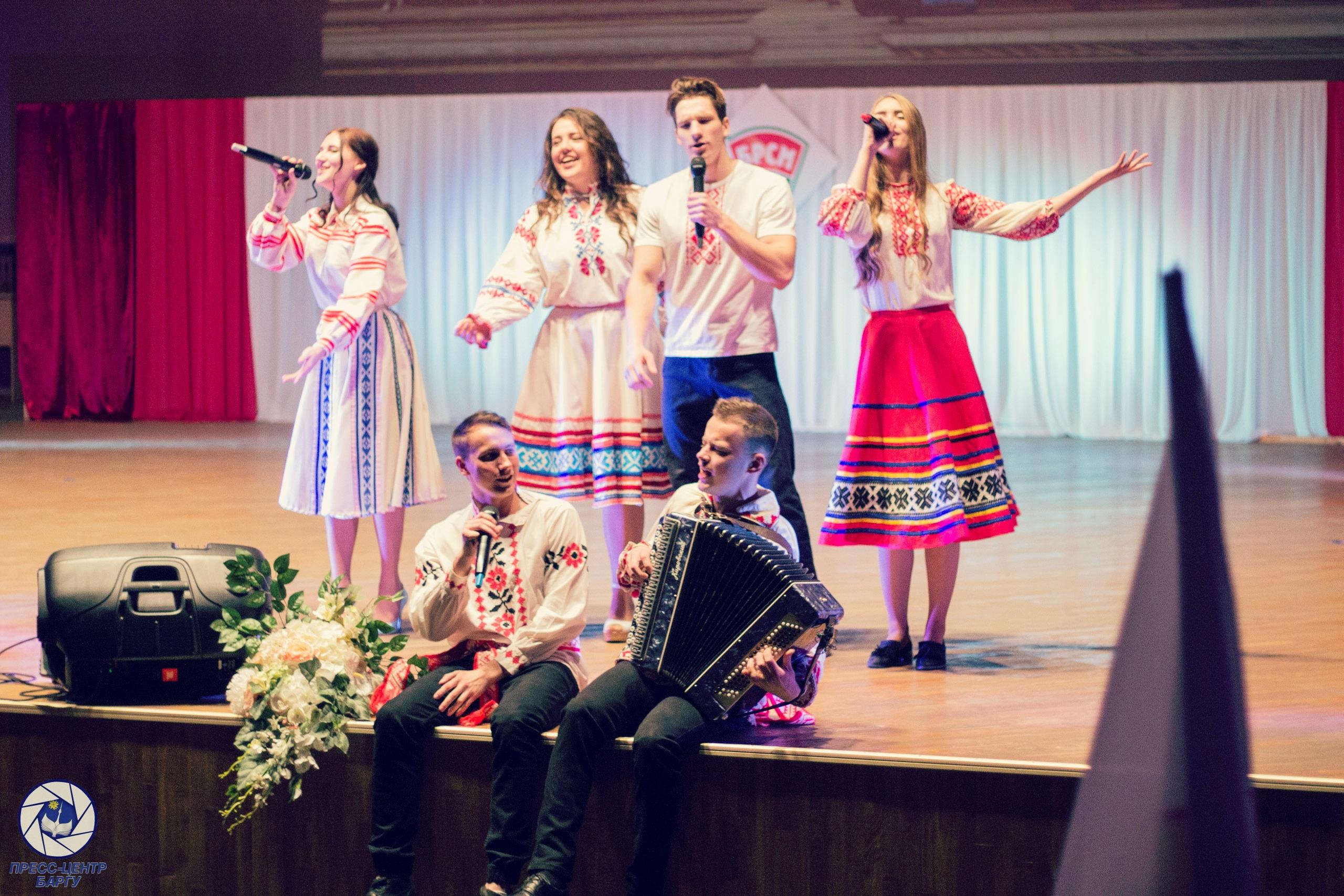 Михаил Ольшевский с группой поддержки показывают творческий номер.