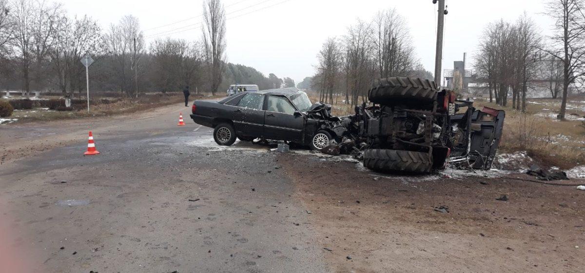 Под Малоритой бесправник на Audi врезался в трактор, есть пострадавшие (фото)