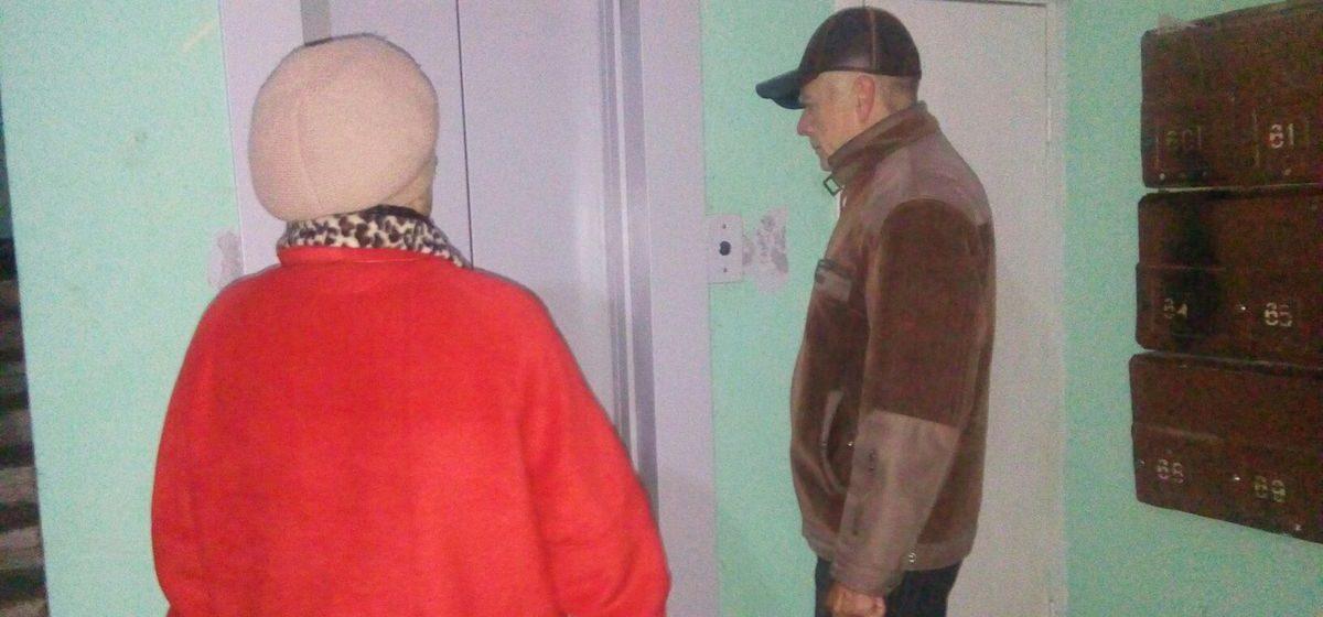 Жители многоэтажки в Барановичах: «Новые лифты установили, но запускать их почему-то не спешат»