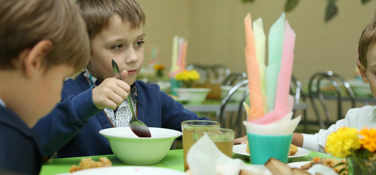 Вопрос – ответ. Почему в некоторых школах родителей заставляют платить за накрывание столов для обедов