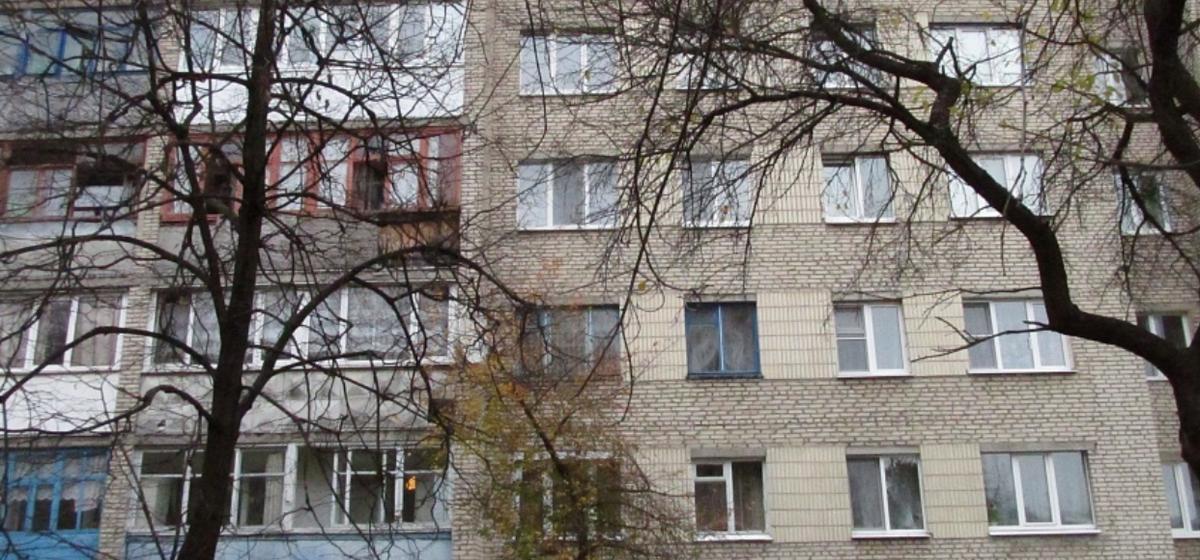 В Калинковичском районе из окна четвертого этажа выпал годовалый ребенок, он в реанимации