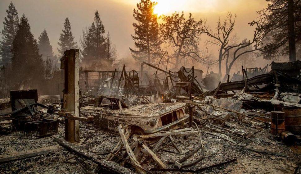 В США лесной пожар уничтожил целый город. Сгорело почти 2000 домов (видео)