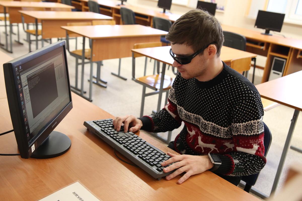 Дмитрий Уваров больше  10 лет интересуется компьютерами. Он считает, что главное для людей с ограниченными возможностями – не останавливаться на достигнутом и постоянно развивать свои знания.  Фото: Евгений ТИХАНОВИЧ