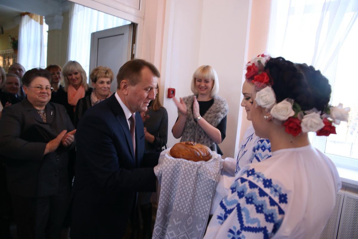 Учащиеся колледжа приветствуют Леонида Янковича, председателя правления Брестского облпотребсоюза.