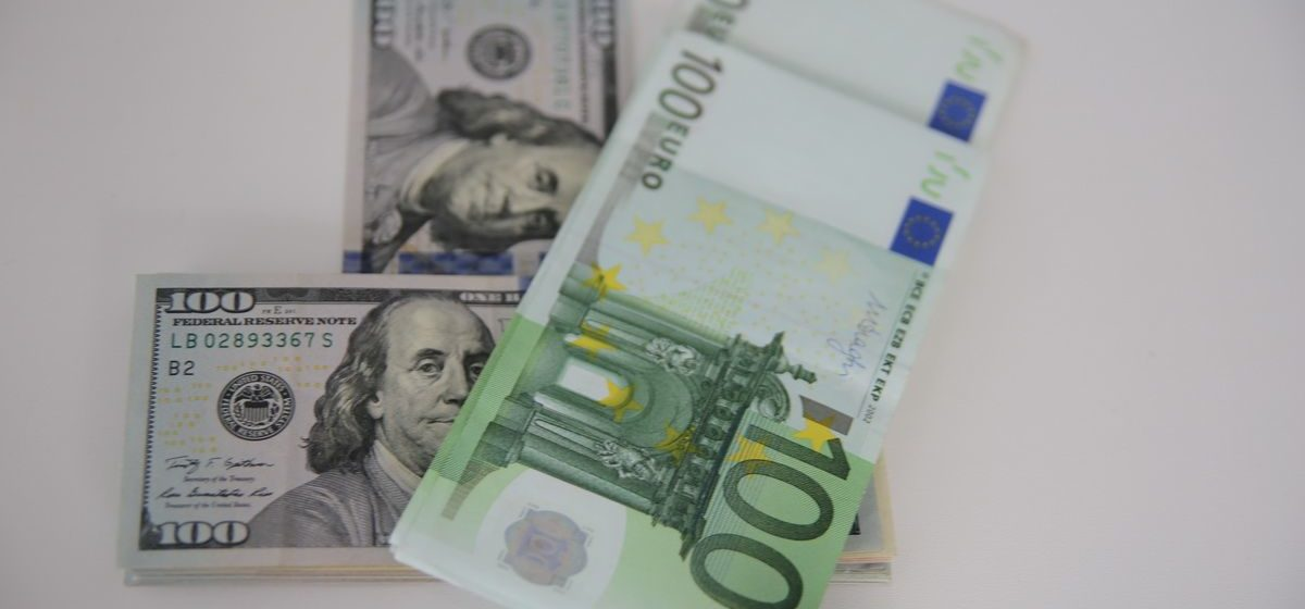 Курсы валют 24 января: российский рубль подрос, а доллар и евро упали