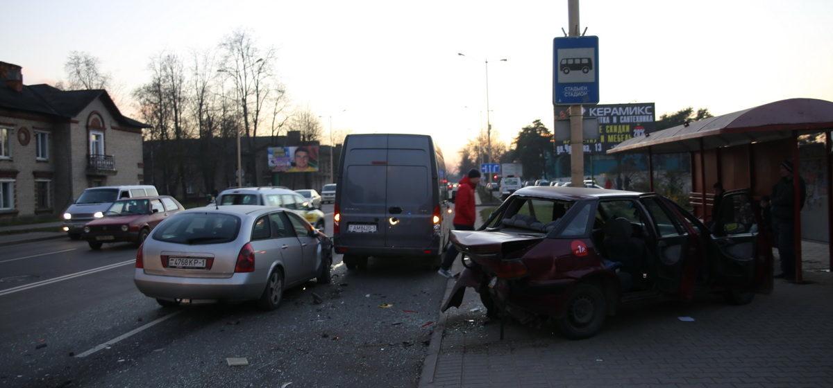 Тройное ДТП в Барановичах. Такси выбросило на остановку, машина врезалась в столб – госпитализированы водитель с дочкой