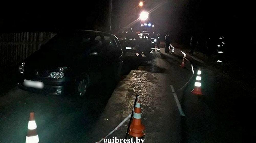 Под Кобрином погиб лежащий на дороге пешеход. На него наехали два автомобиля