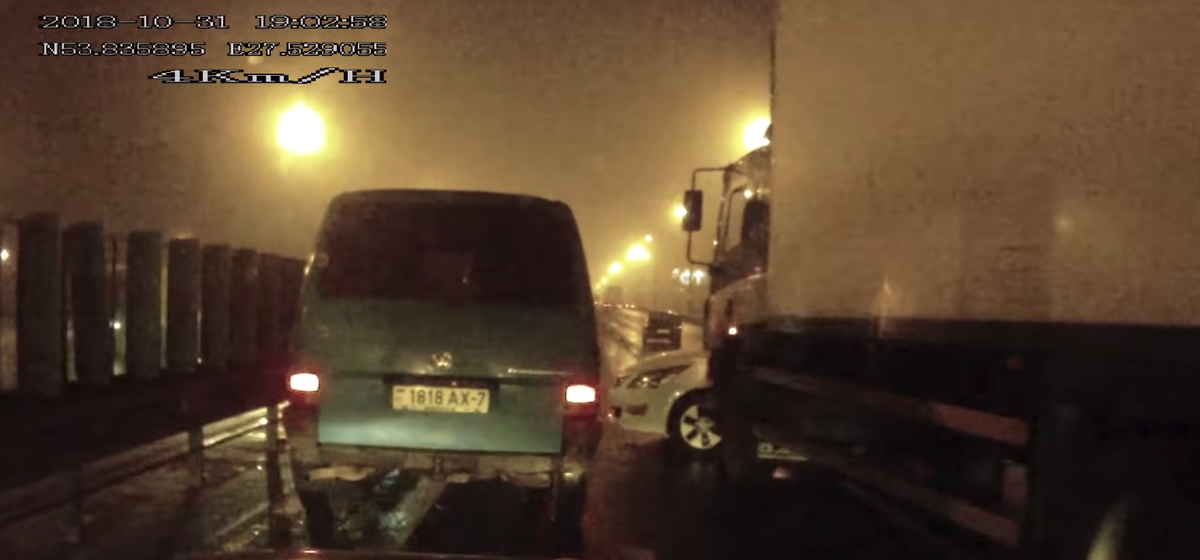 В Минске на МКАД произошла массовая авария с участием фуры, пострадали два человека