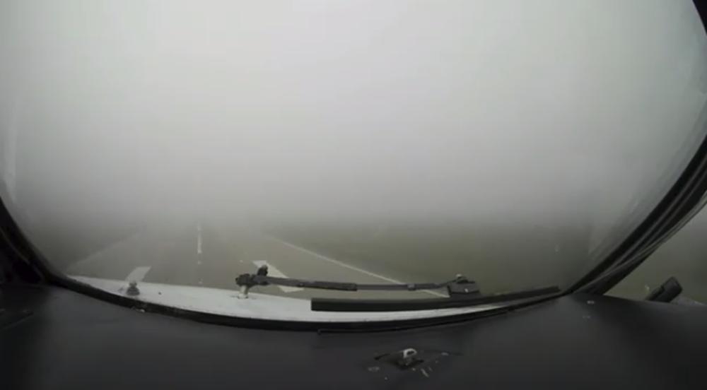 Видео из кабины пилота. В Минске самолет приземлялся в сплошном тумане