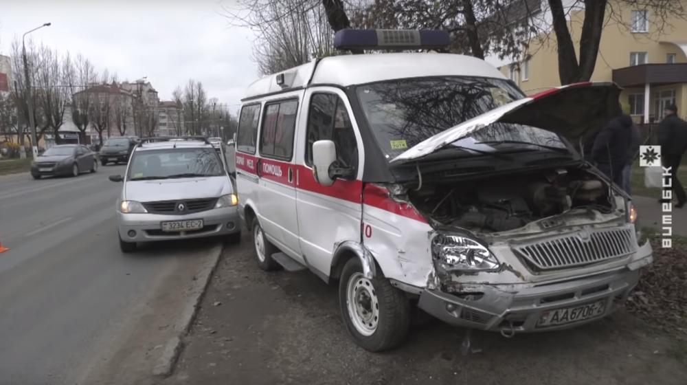 В Витебске «Рено» врезался в автомобиль скорой помощи, который ехал на вызов к задыхающемуся ребенку