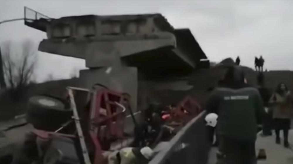 В России обрушился 120-метровый пролет моста с машинами, есть пострадавшие