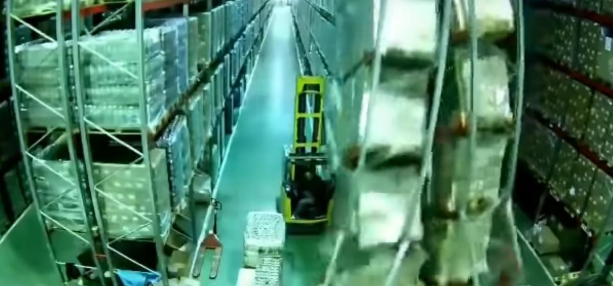 Видеофакт. Погрузчик одним движением обрушил огромный склад