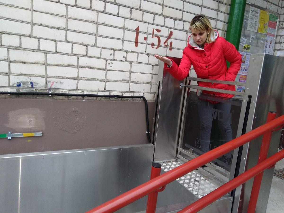 Юлия Левашова у подъемной платформы, которая облегчит спуск коляски с ребенком во двор. Фото: Наталья СОЛОМЯНКО