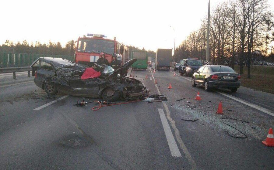 На МКАД Volkswagen врезался в грузовик, есть погибшие (фото)