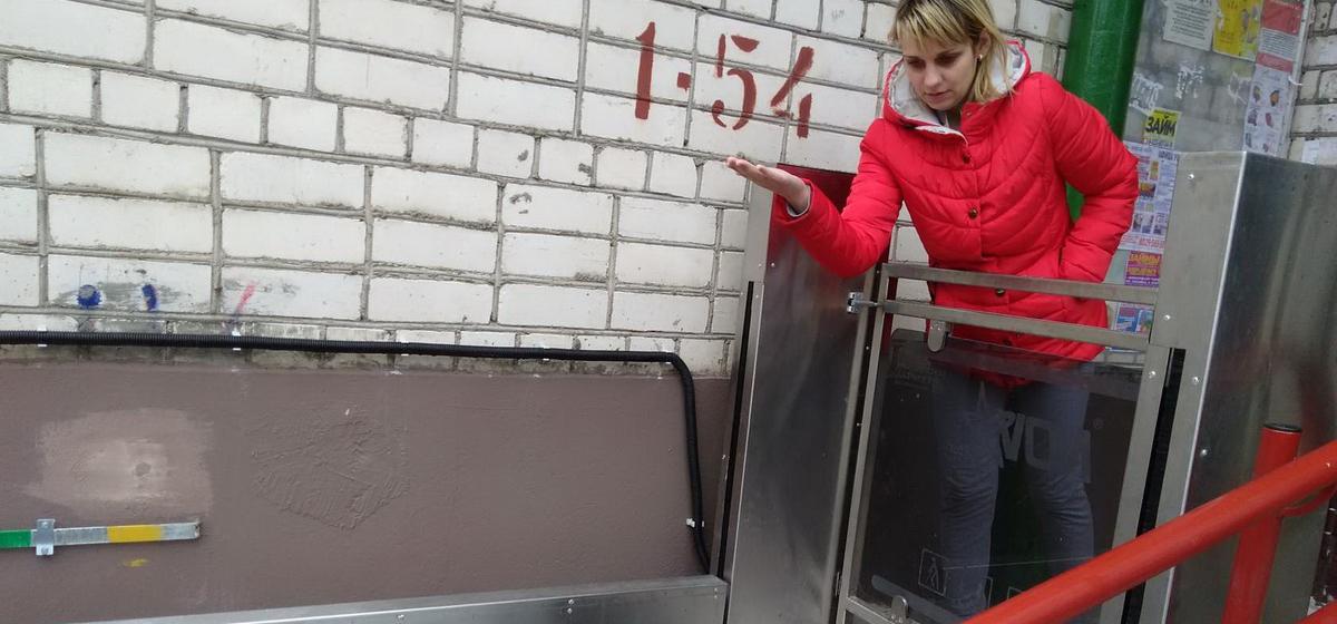Подъемную платформу установили у подъезда, где живет многодетная семья, которая воспитывает девочку с ограниченными возможностями