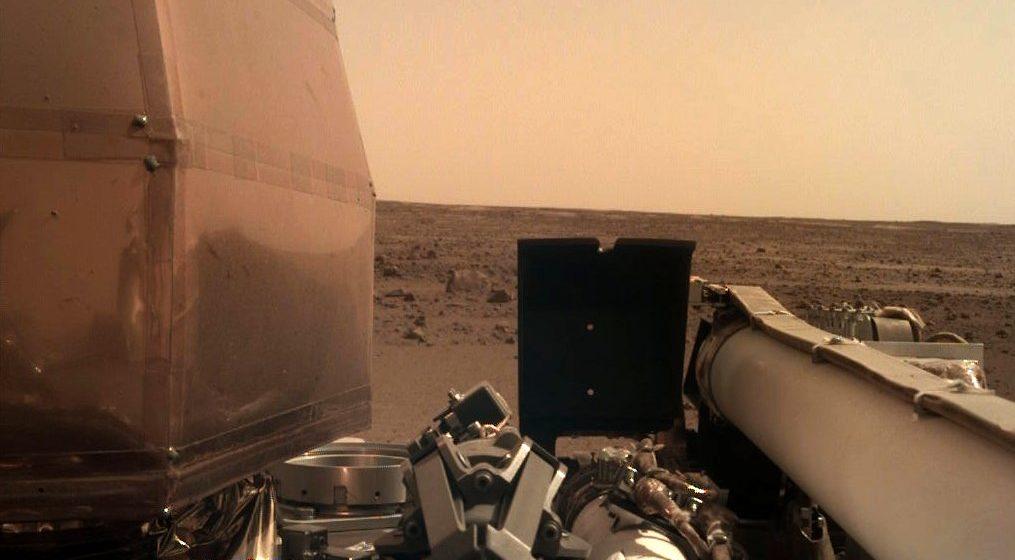 Аппарат «Инсайт» сел на Марс и отправил на Землю свое первое селфи
