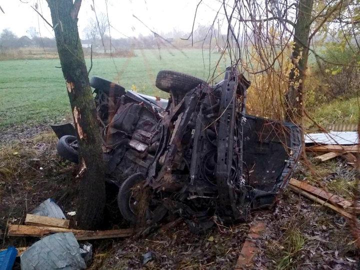 В Речицком районе легковушка вылетела в кювет и врезалась в дерево — один человек погиб, трое в реанимации