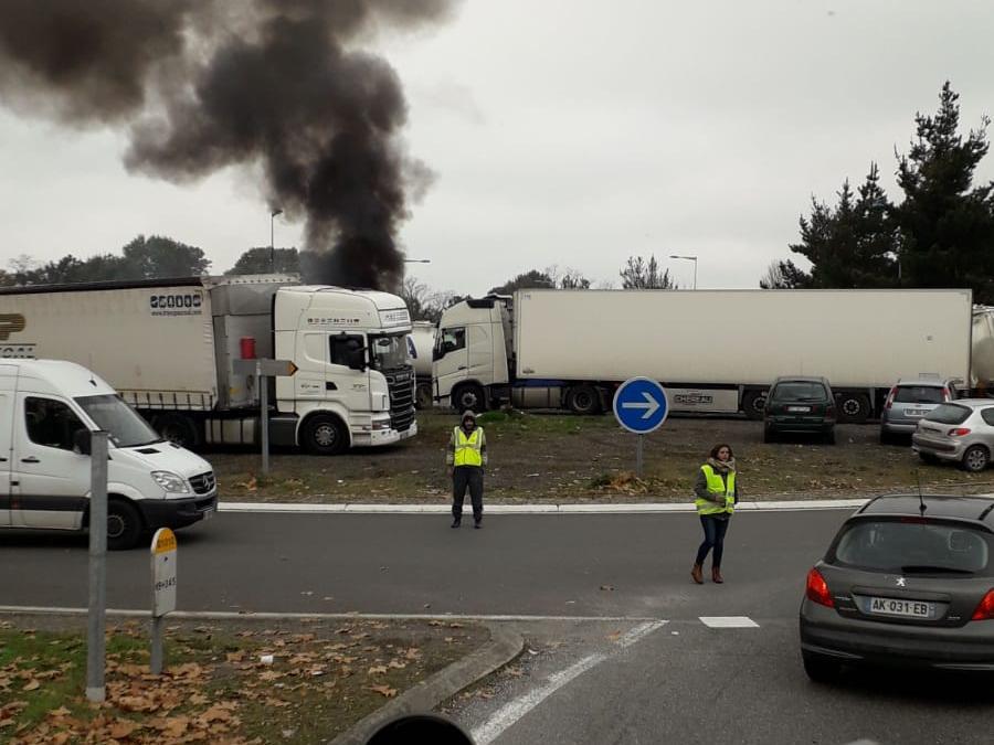 Французы протестуют против объявленного на следующий год повышения налога на топливо Фото: Intex-press