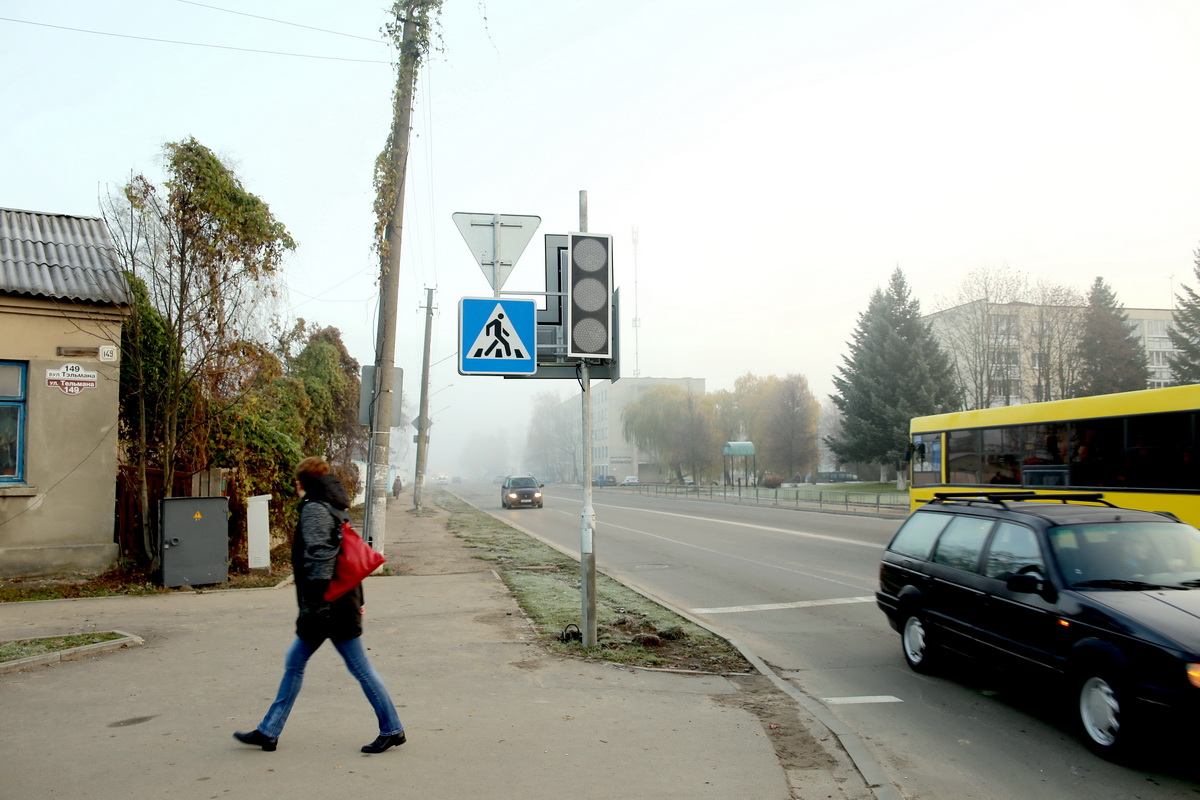 Светодиодные светофоры на перекрестке улиц Тельмана и Циолковского. Фото: Татьяна МАЛЕЖ
