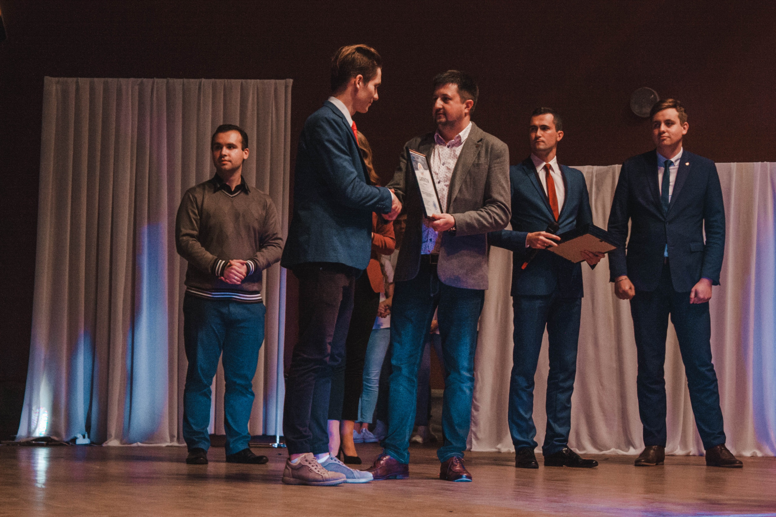 Юрий Сегенюк, первый секретарь Брестского областного комитета ОО «БРСМ», вручает Михаилу Ольшевскому диплом.