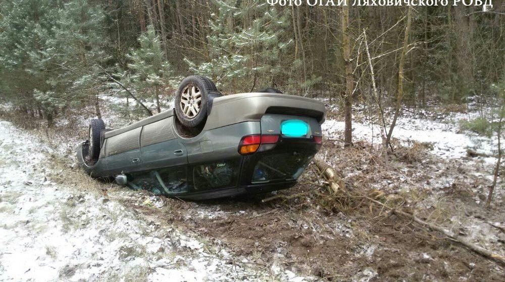 В Ляховичском районе «Субару» вылетел в кювет и перевернулся