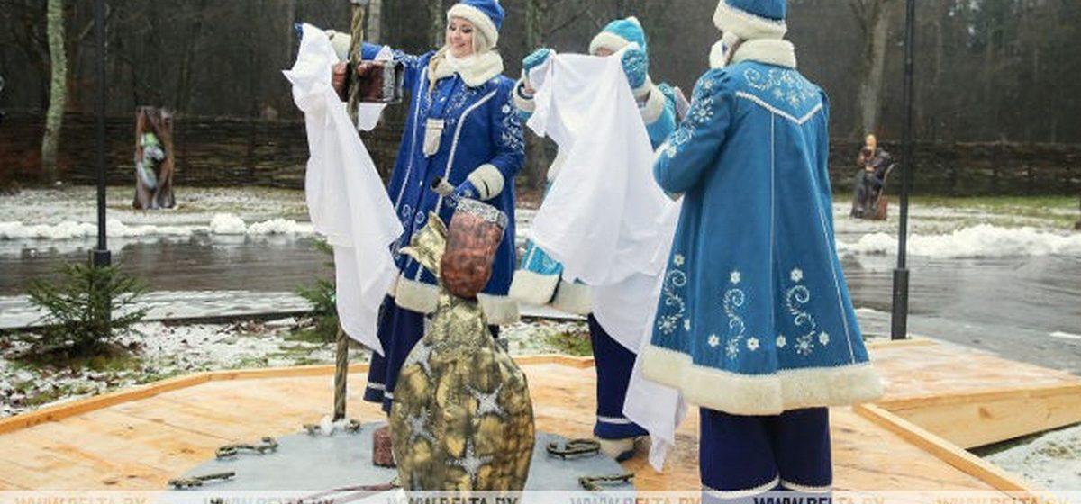 В Брестской области открыли первый в мире памятный знак Новому году. Как он выглядит?