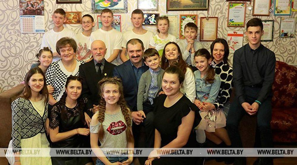 Фотофакт. Виктор Лукашенко вместе со своей семьей посетил детский дом семейного типа и вручил подарки